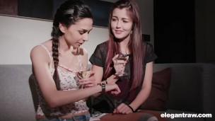 Dos mexicana porno teniendo sexo lesbio mientras su padres trabajan
